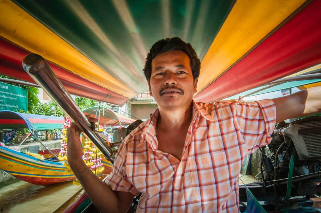 thailandia barca uomo colori