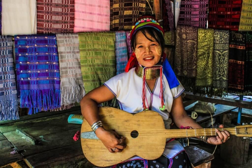 donna thai chitarra