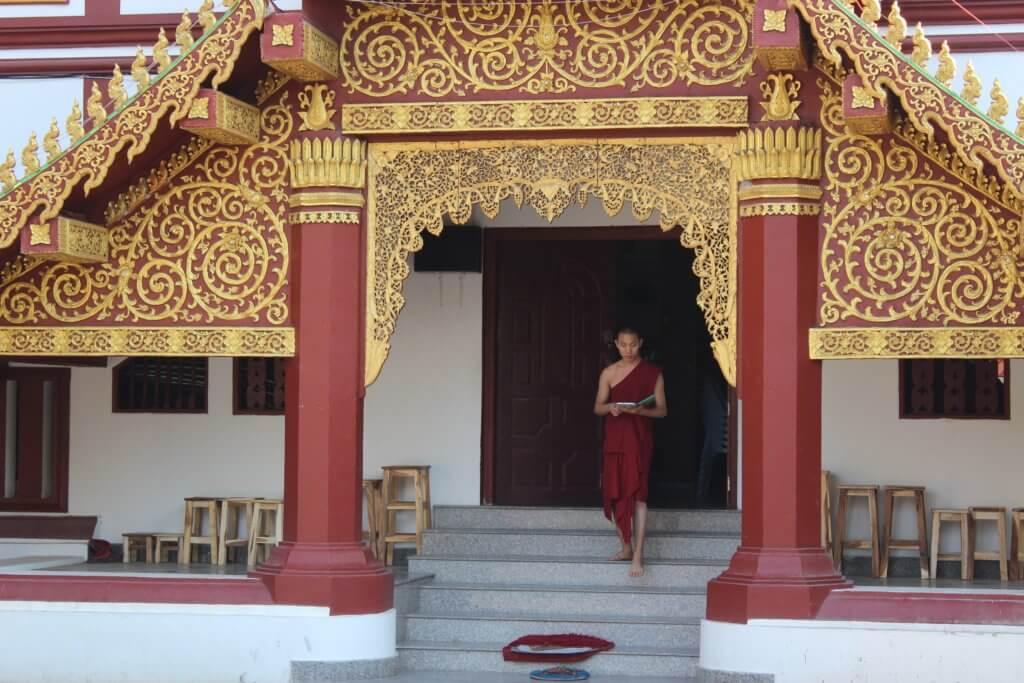 tempio thailandia uomo